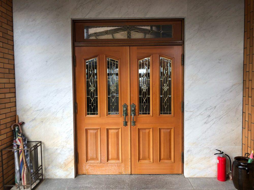 雨でシミになった木製玄関ドアの再塗装【福岡県那珂川町】