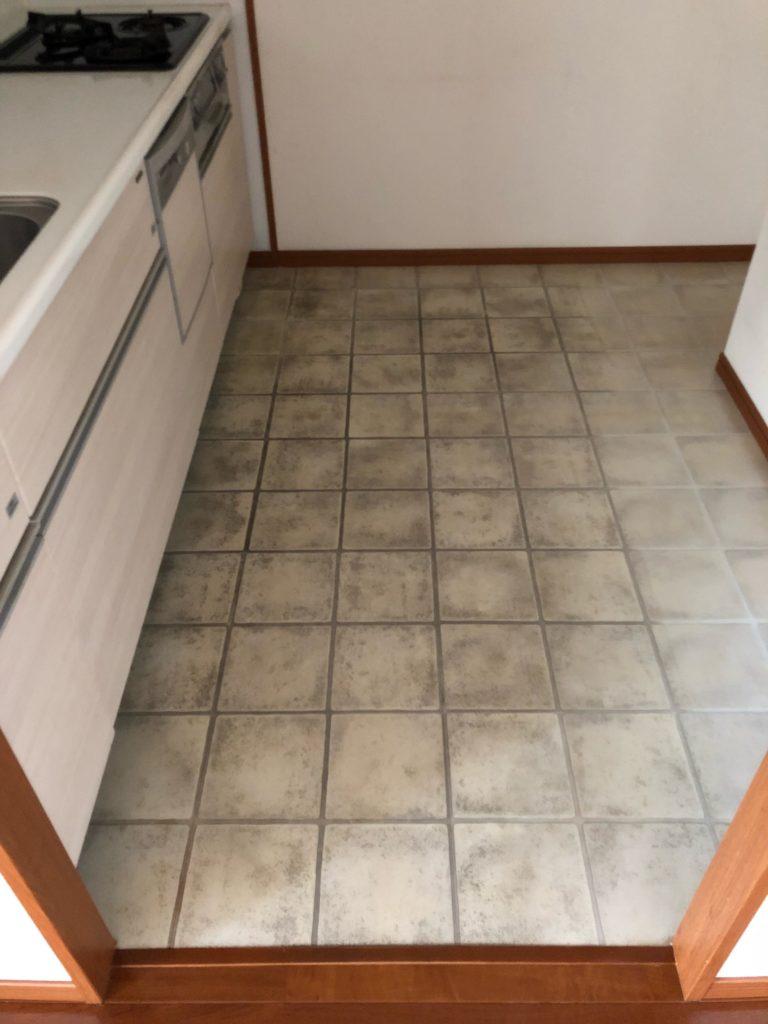 キッチンのタイル床の汚れを染み抜き作業で真っ白に!【福岡市早良区】