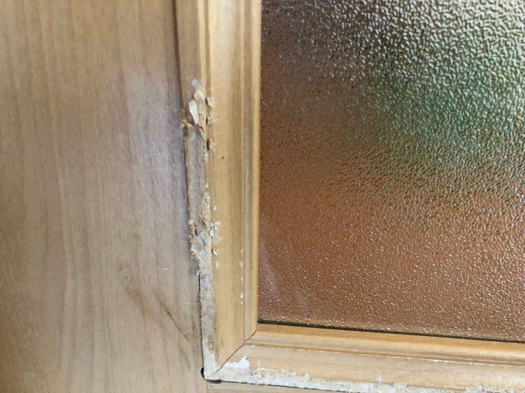 福岡県久留米市でペット(犬)にかじられたドアの傷修理