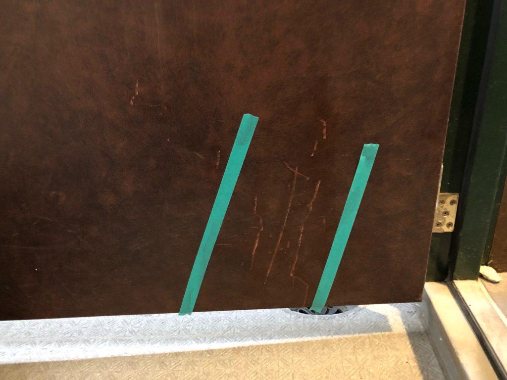 玄関ドアのひっかき傷補修【福岡市中央区】