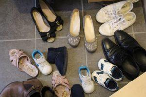 家族の靴で散らかった玄関