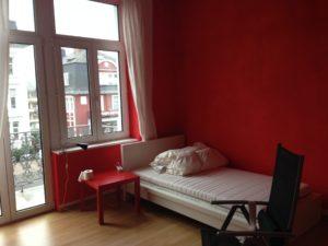 壁紙が赤い部屋