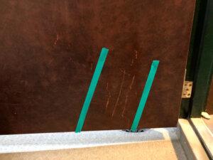 【BEFORE1】マンション玄関ドアひっかき傷